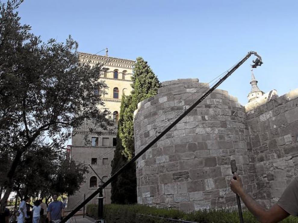 El equipo de rodaje de '778. La Chanson de Roland' toma unas imágenes en las murallas de Zaragoza.