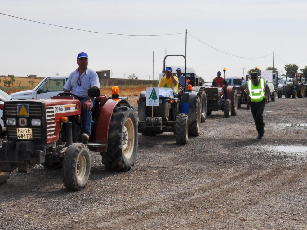 Los agricultores cortaron la vía con sus tractores