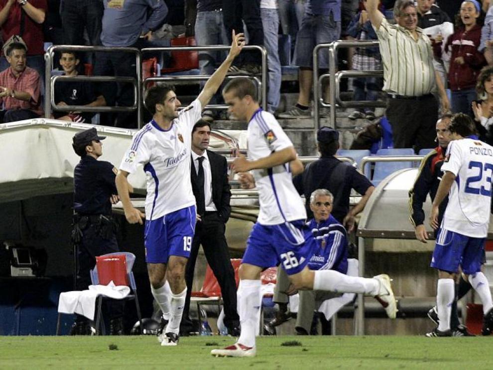 Arizmendi saluda a la grada, tras anotar el único gol del partido, ante la presencia del debutante Laguardia.