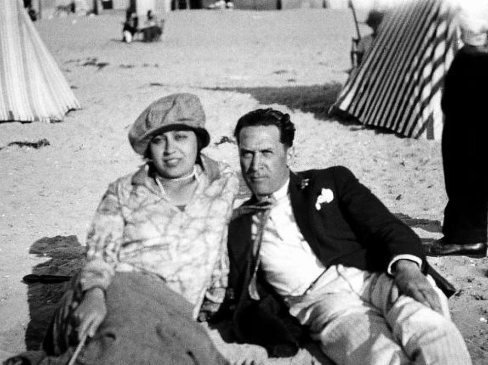 Soler y su compañera Lily en la playa, en los años 20.