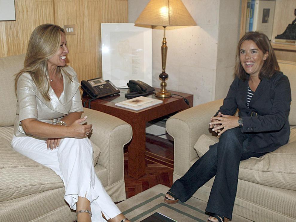 Trinidad Jiménez (i) junto a la portavoz del PP (d) con quien ha tratado temas relacionados con la gripe A