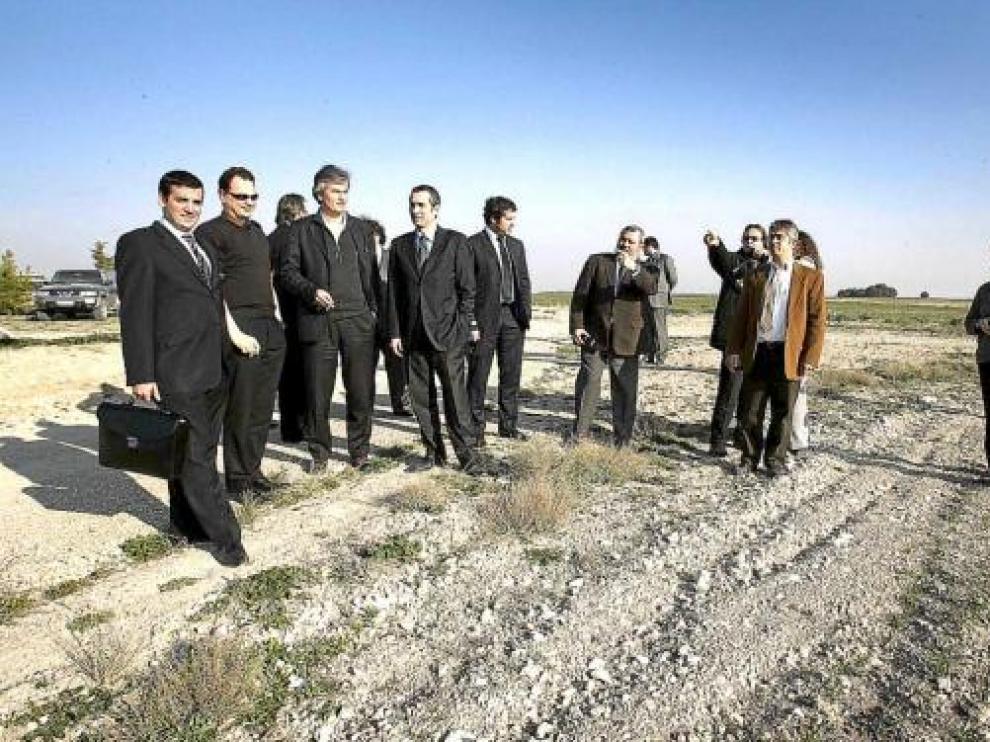 Ejecutivos y socios de ILD en una visita a los terrenos de Ontiñena en marzo pasado.