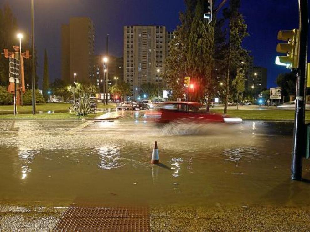 El agua se acumuló abundantemente en la rotonda de Toulouse, al final de Isabel la Católica.