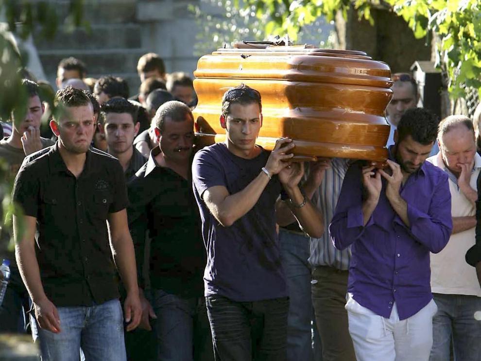 Familiares y amigos de Laura Alonso portan el féretro con sus restos mortales durante el entierro, esta tarde en la localidad orensana de Toén