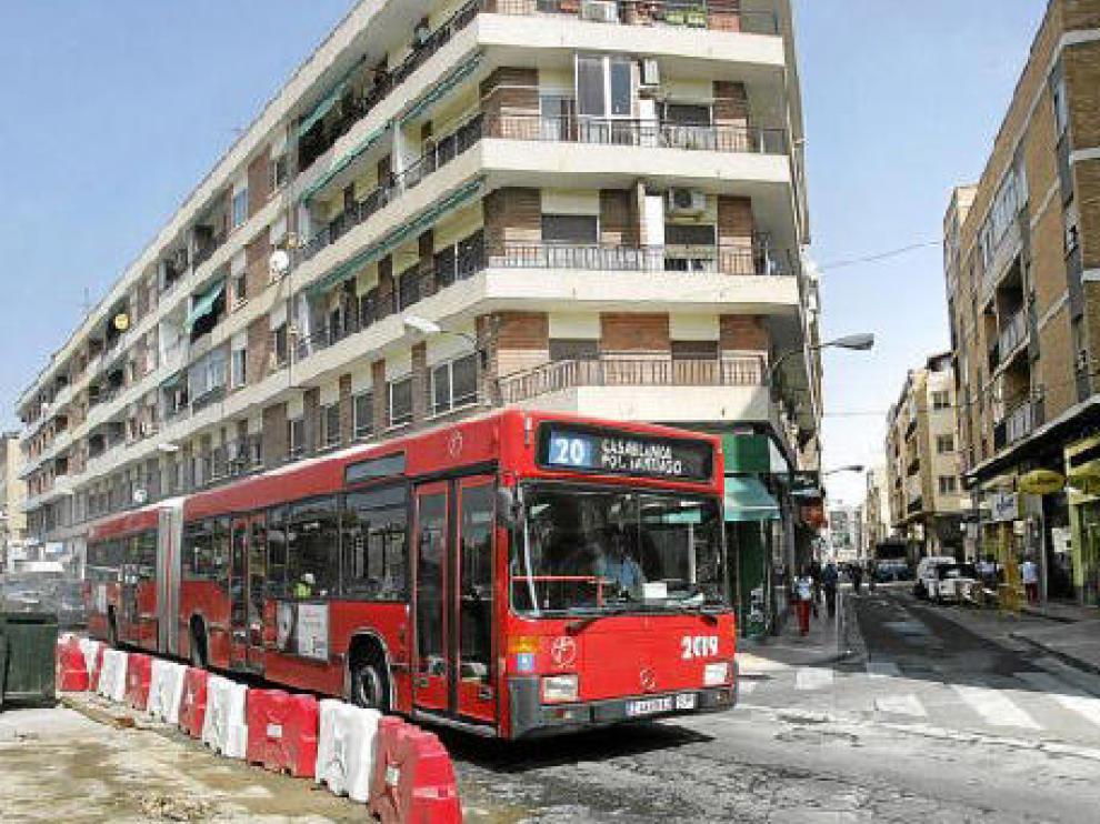 Las obras, en la imagen, se hacen para que el autobús pueda girar en este punto a la izquierda.