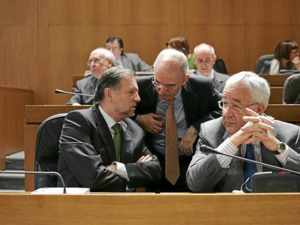 Iglesias, Larraz y Biel conversan en un pleno de las Cortes.