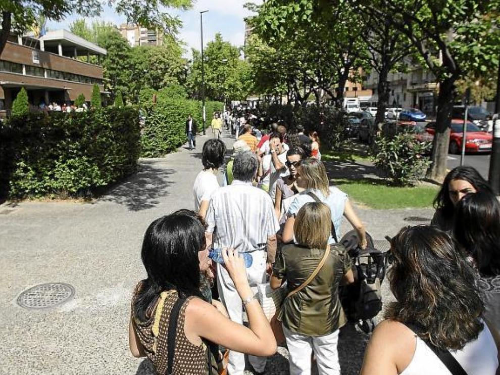 La fila empezaba en la puerta del Servicio Provincial (arriba a la izda.) y juntó a 400 docentes.