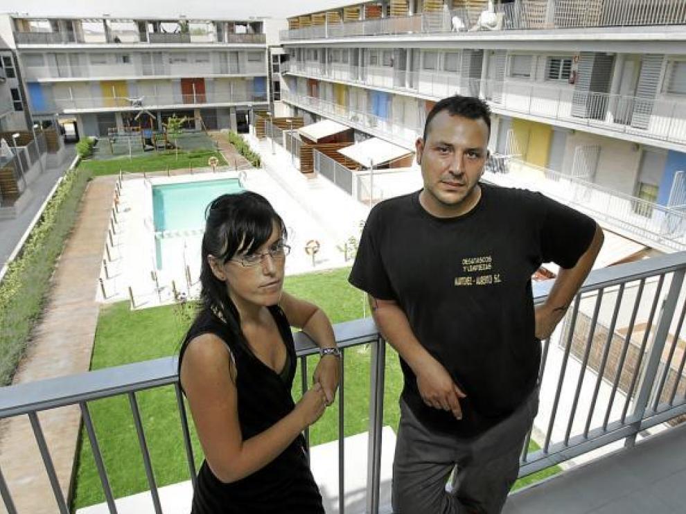 Rebeca Folgueira y Alberto Martínez, en la urbanización de Cadrete donde residen.
