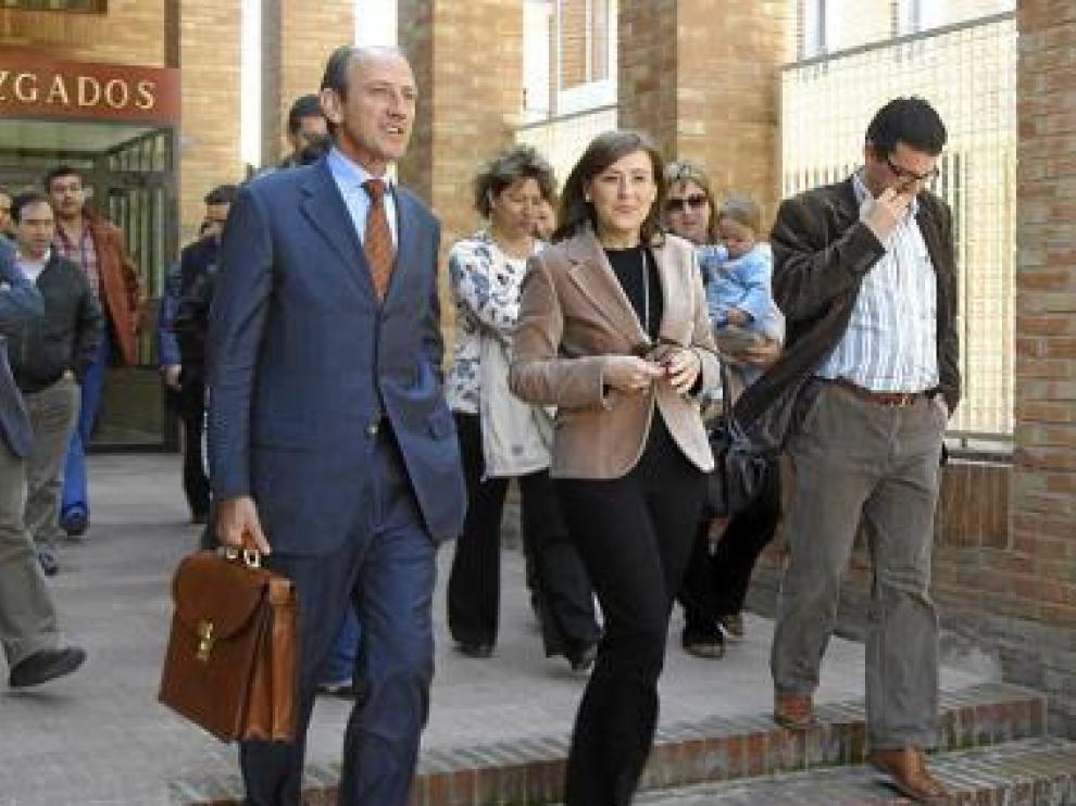Ana Cristina Vera, a la derecha, junto a su letrado.