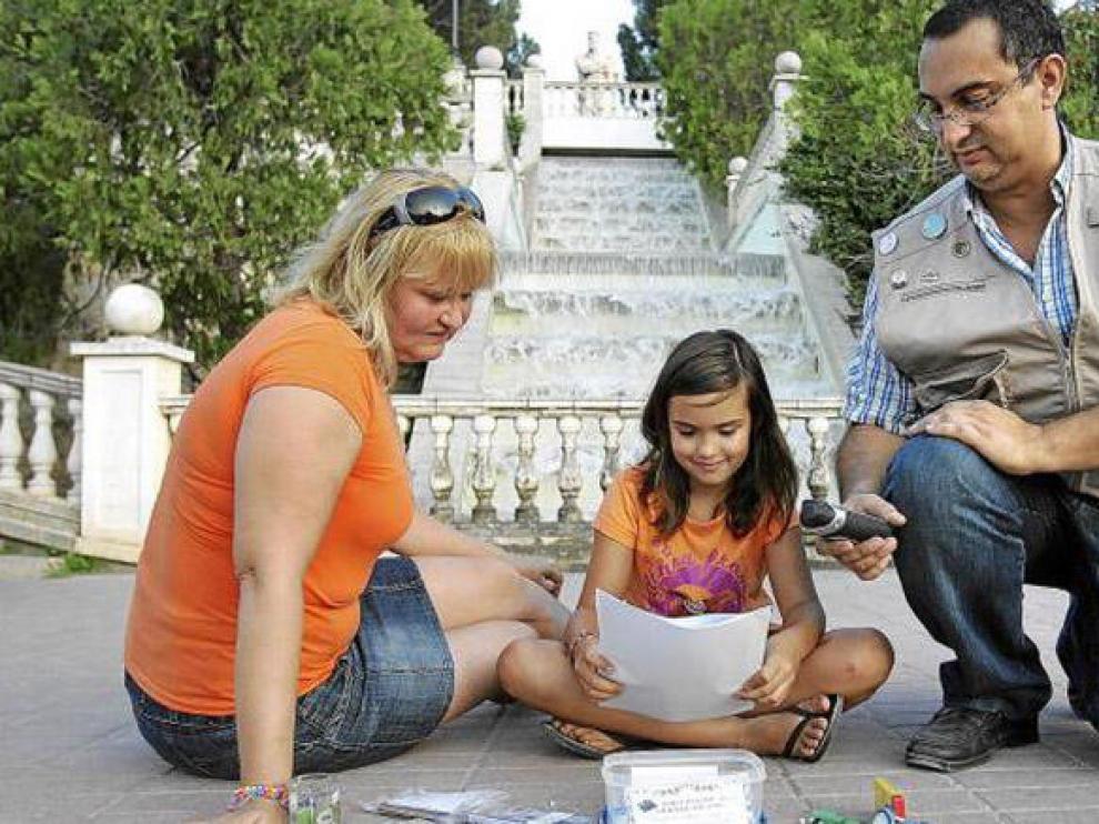 Jesús 'Candelas', su mujer Charo y su hija Marta, en el parque Grande de Zaragoza, donde han escondido su último tesoro.
