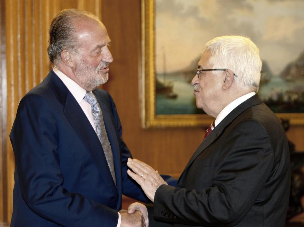 Don Juan Carlos junto al líder palestino