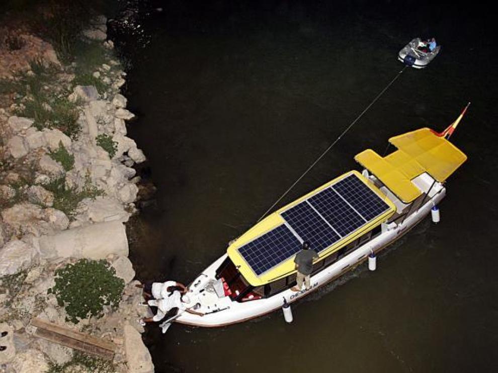 Varios operarios intentaron desencallar la embarcación tras evacuar a los pasajeros.