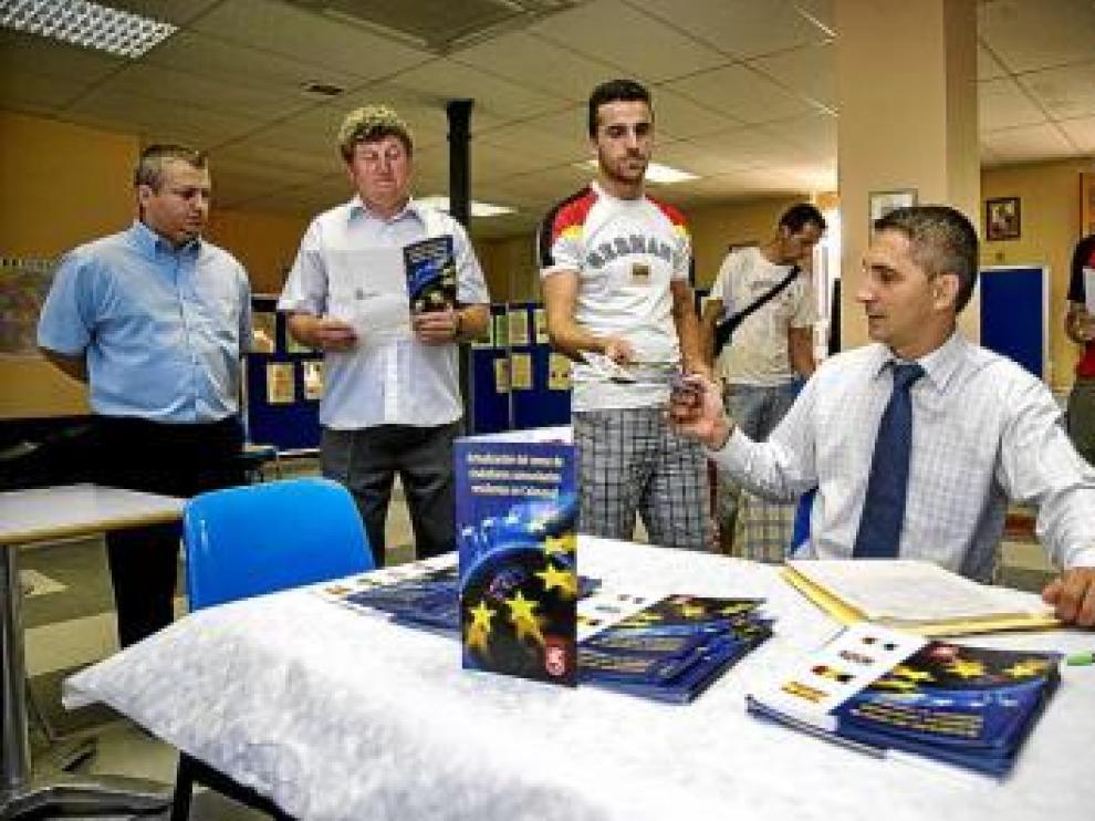 Distribuyen folletos en la Asociación Pro Rumanía.