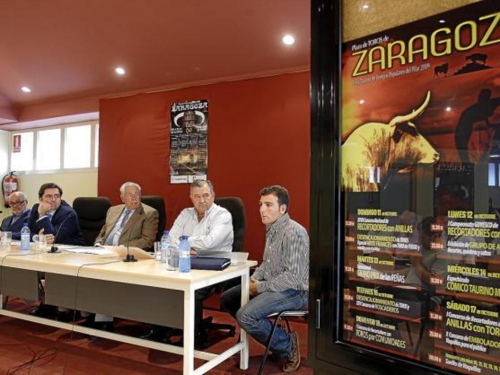 La empresa Taurodelta al completo, ayer, durante el acto de presentación de los carteles.