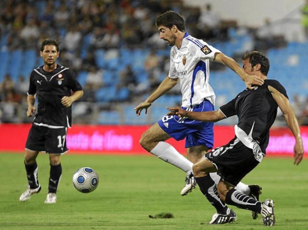 El zaragocista Javier Arizmendi se marcha de un jugador rival, en el Trofeo Carlos Lapetra.