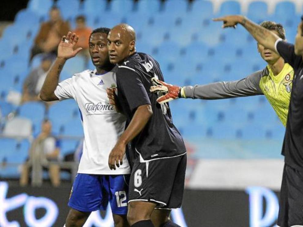 El zaragocista Songo'o se prepara para intervenir en un córner, en el partido de ayer ante el Lazio.