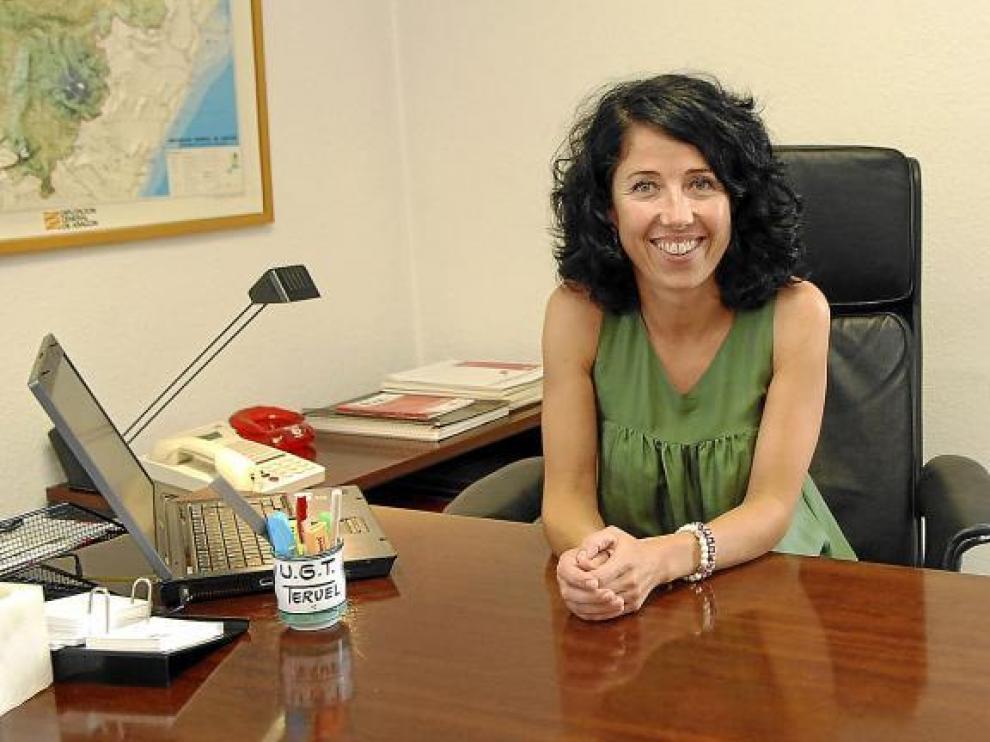 Fina Lanzuela, en su despacho, en la sede provincial de UGT-Teruel.