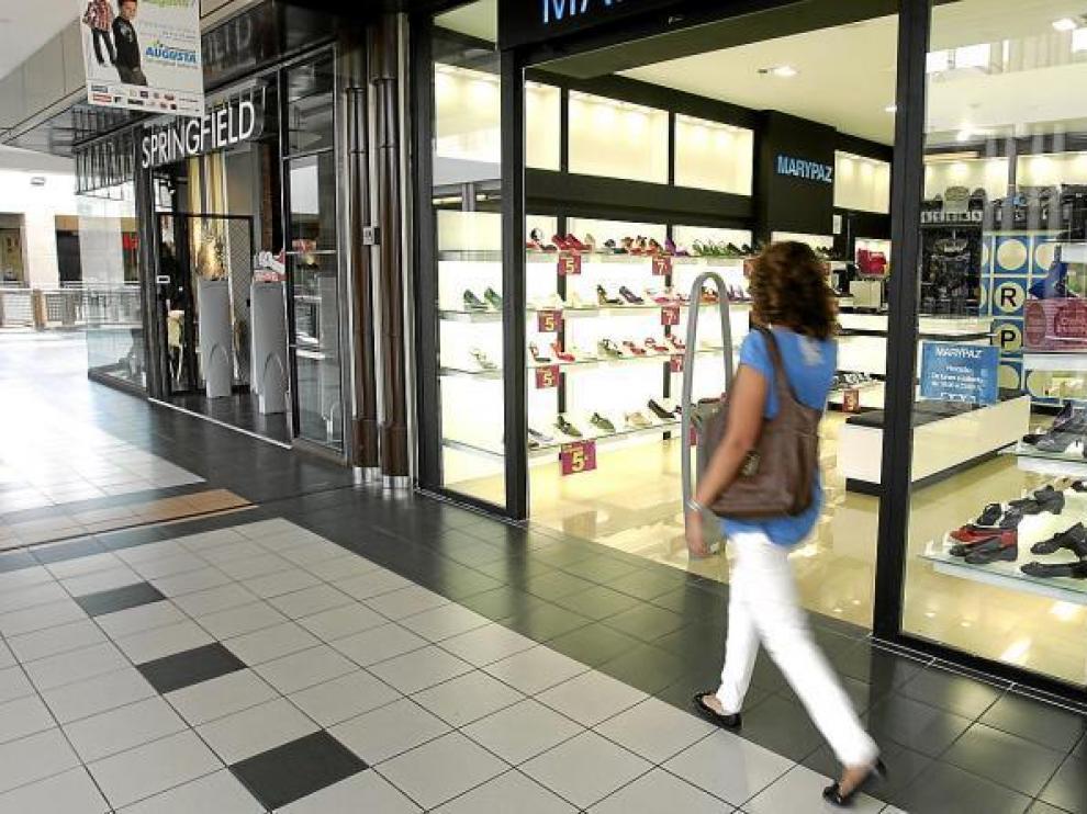 Las grandes superficies intentan captar clientes y ayer abrieron sus puertas por el inicio de curso.