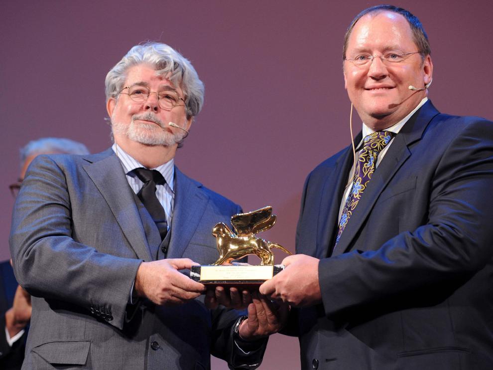 George Lucas (i) entrega el León de Oro a John Lasseter (d)