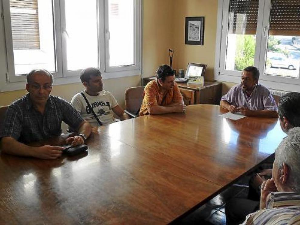El alcalde de Sabiñánigo, que preside la mesa, se reunió ayer con el comité de Alcoa.