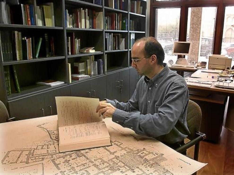 Un investigador trabajando en el IEIOP, en una imagen de archivo.