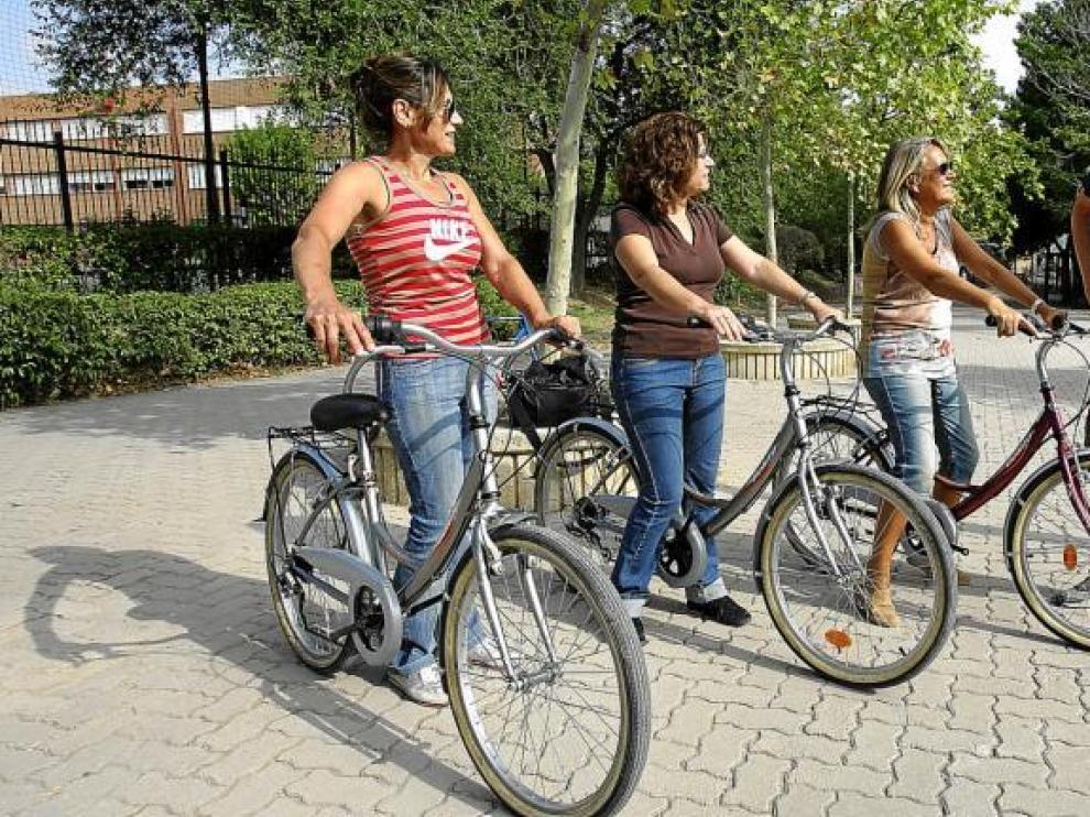 Perico y las alumnas que ayer empezaban el curso para aprender a montar en bici en el parque de Torrerramona de Zaragoza.