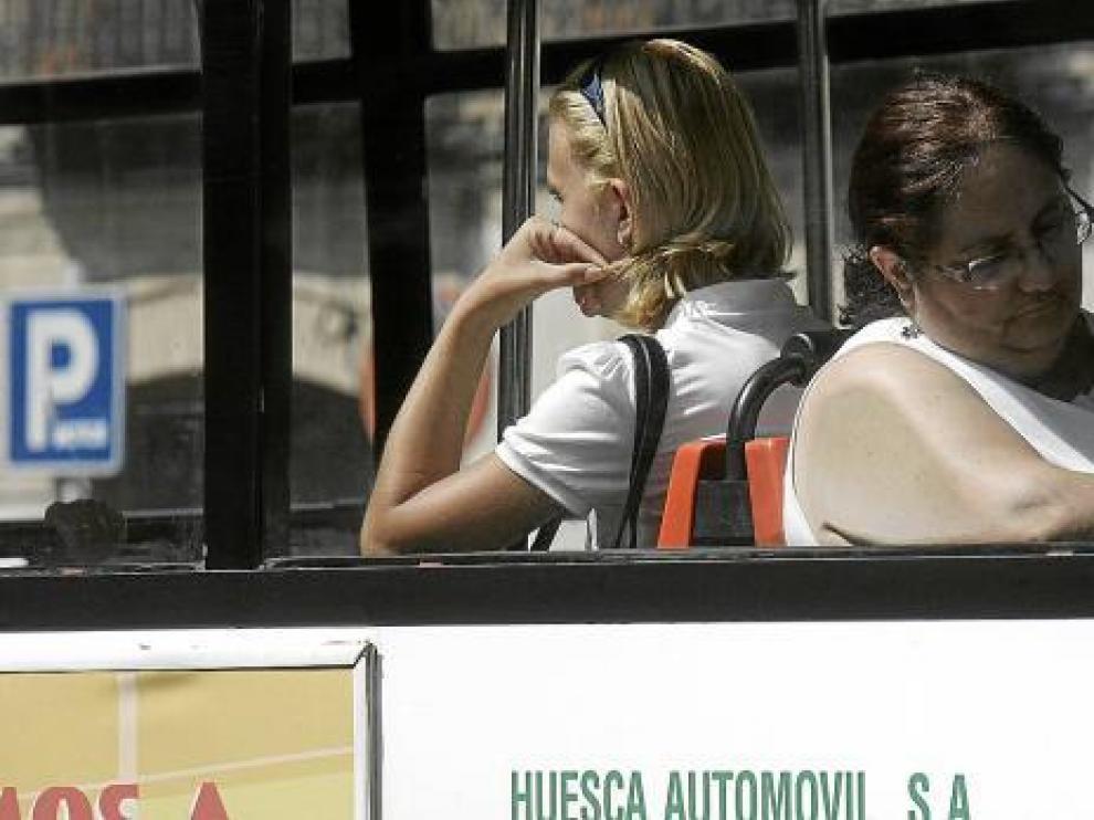 Viajeras en uno de los autobuses urbanos que cubren las dos rutas que presta ahora el servicio.