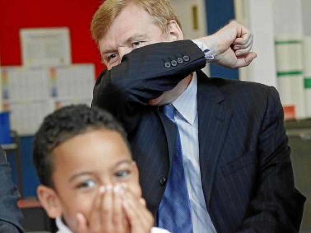 Un responsable sanitario británico muestra cómo estornudar.