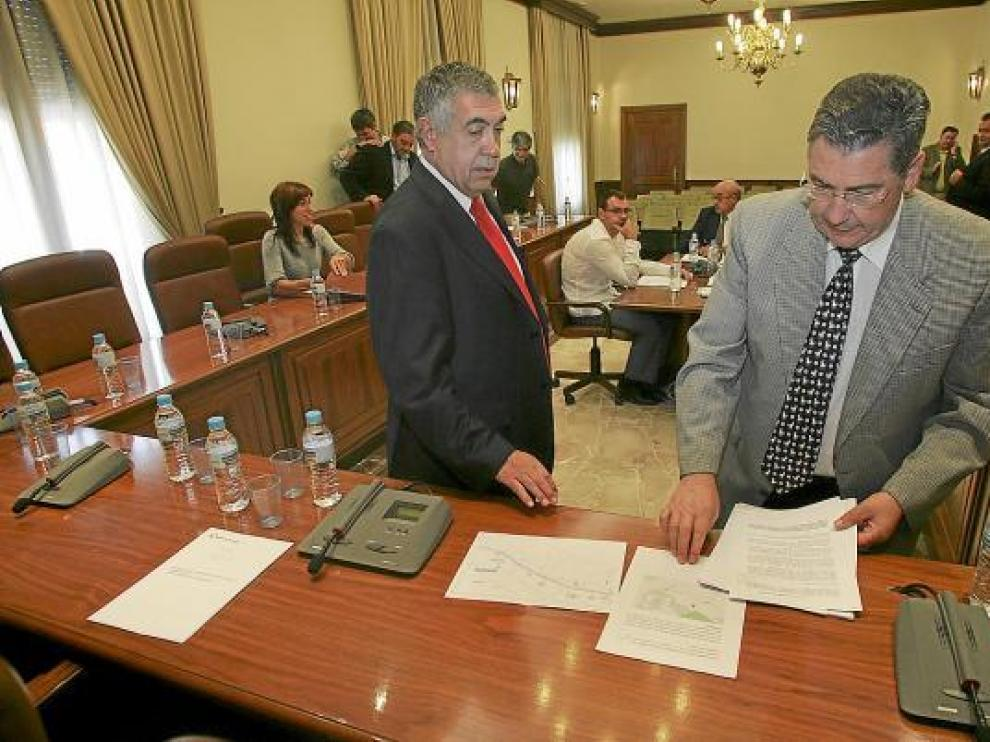 El presidente de la Diputación, Arrufat, y el portavoz socialista, Castellano, revisan documentos.