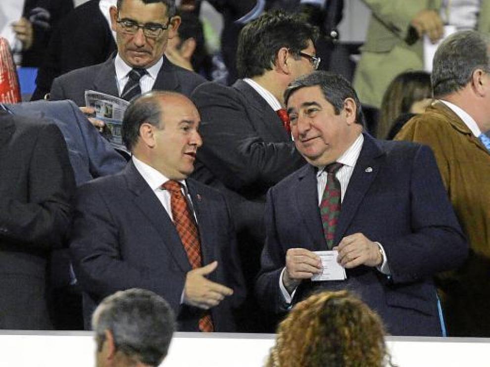 Lendoiro conversa con Bandrés en el palco de La Romareda en el partido de hace dos años.