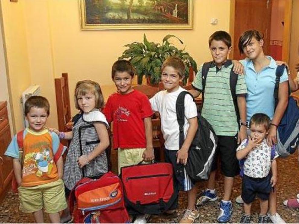 De izquierda a derecha, Raúl (2º Infantil), María (1º Primaria), Jorge (2º Primaria), José (4º Primaria), Eduardo (6º Primaria), Teresa (1º ESO), Isabel (3º ESO) y Juan (4º ESO). Delante, el pequeño Fernando, de 2 años.