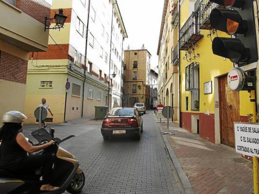 Algunos vehículos esperan que el semáforo de la calle de San Martín se ponga verde.