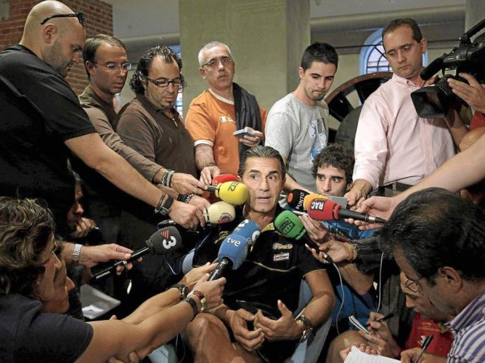 El seleccionador español fue el centro de atención para los medios.
