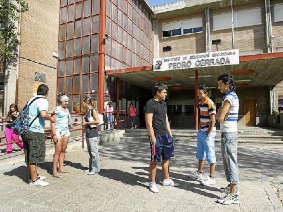 Varios alumnos, ayer, a las puertas del antiguo instituto de Utebo.