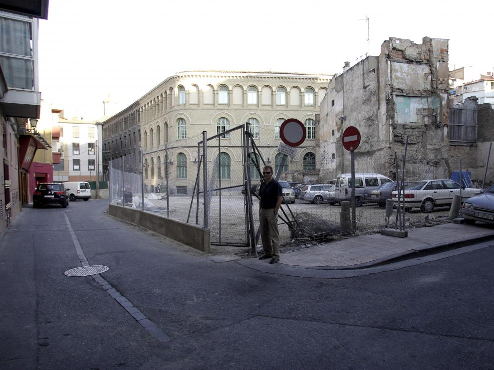 Nacho Cardiel, ante el solar abandonado que hay entre las calles de Boggiero y Miguel de Ara.