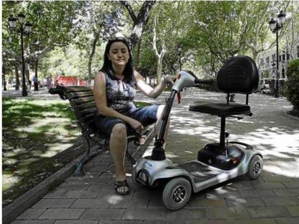 Amaya Serrano muestra la silla de ruedas de su padre, con la que no le dejaron subir al tren.