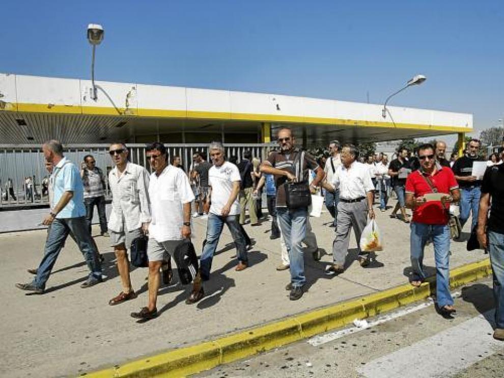 Salida de los trabajadores de General Motors España en Figueruelas, ayer.