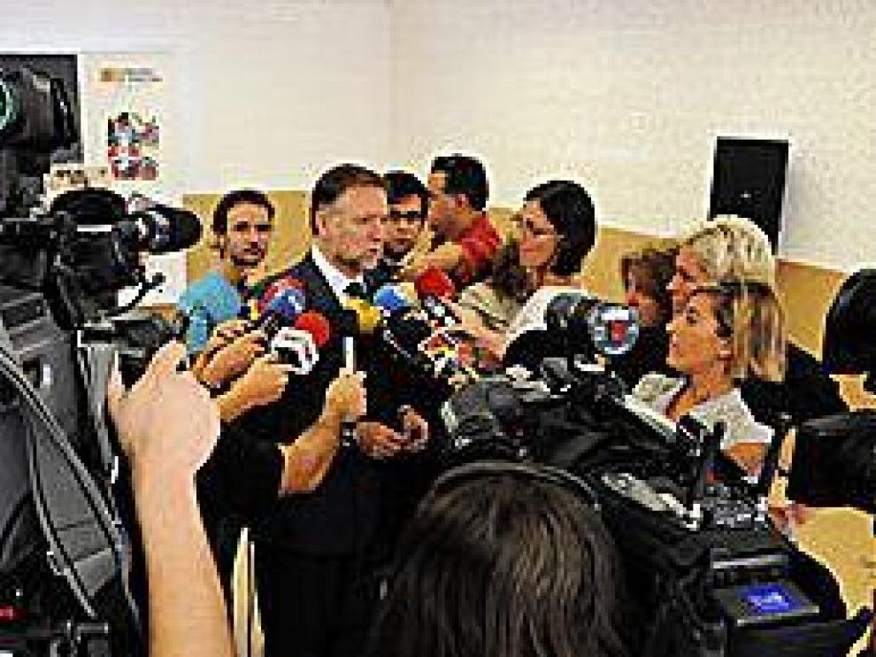 Marcelino Iglesias habla de la nueva Opel, ayer en Zaragoza.