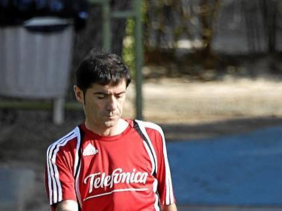 Un serio Marcelino golpea el balón durante el ensayo de ayer.