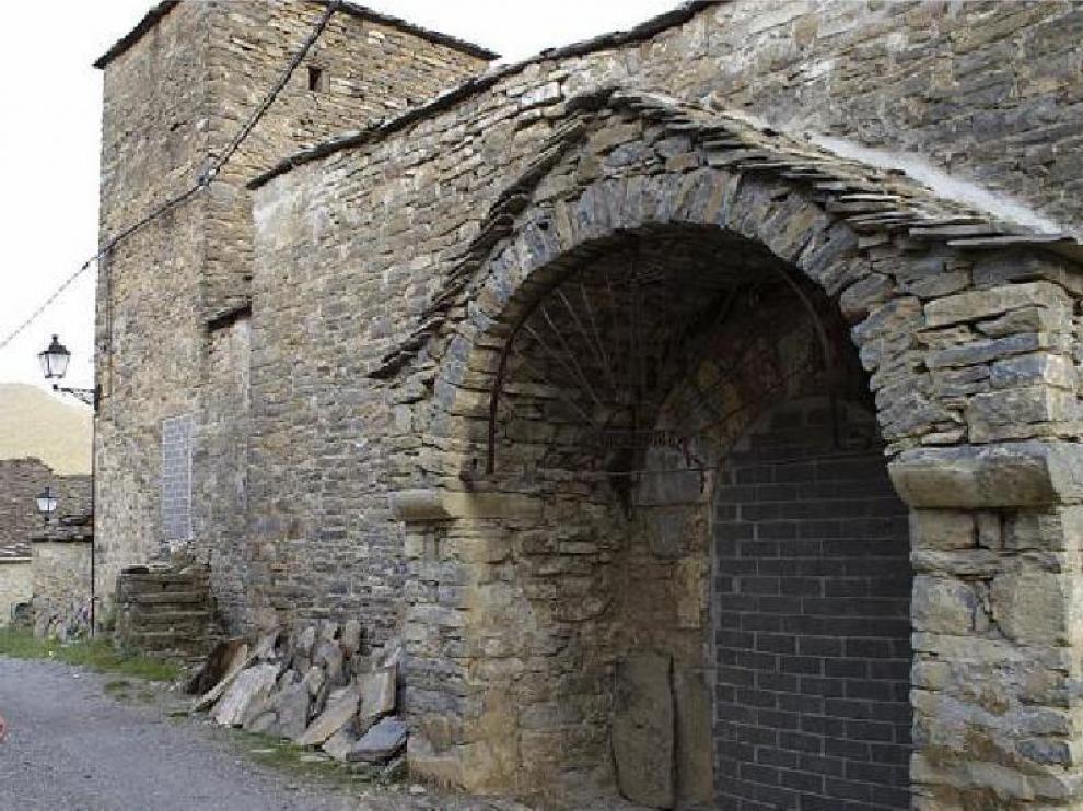 La puerta de las iglesia de Lardiés está tapiada después del derrumbe de la cubierta