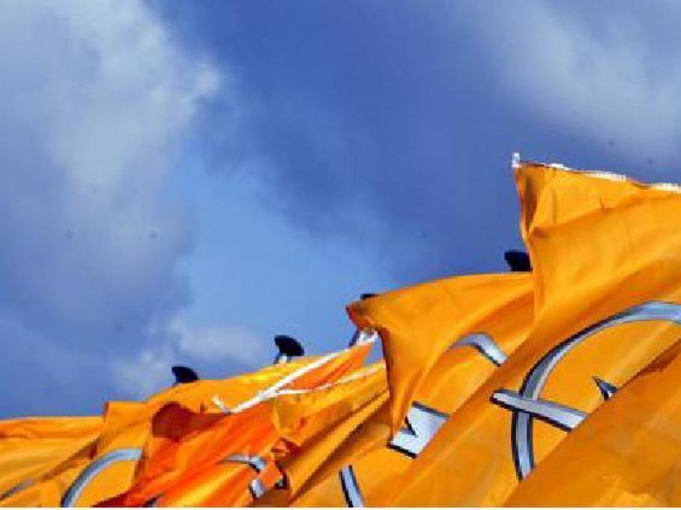 Banderas de Opel en la planta de General Motors en Amberes (Bélgica).