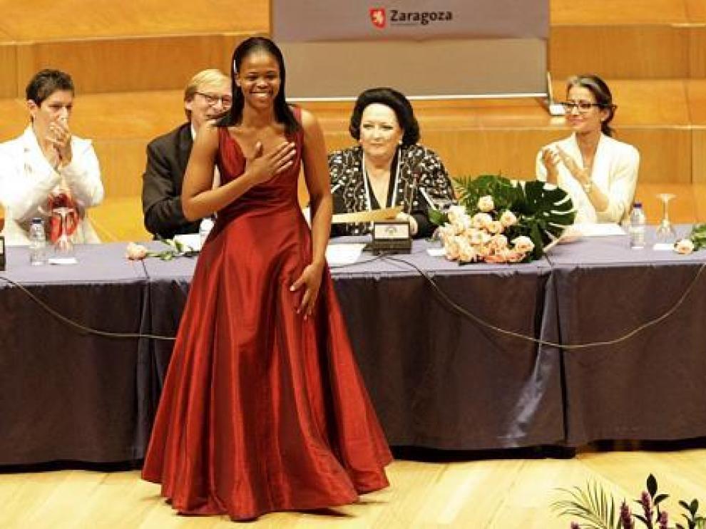 Pretty Yende agradece el galardón en presencia de la gran soprano Montserrat Caballé y el jurado.