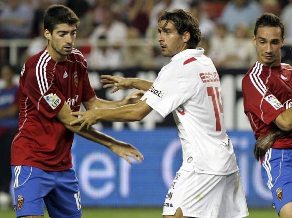 Arizmendi y Pablo Amo pugnan con los jugadores del Sevilla.