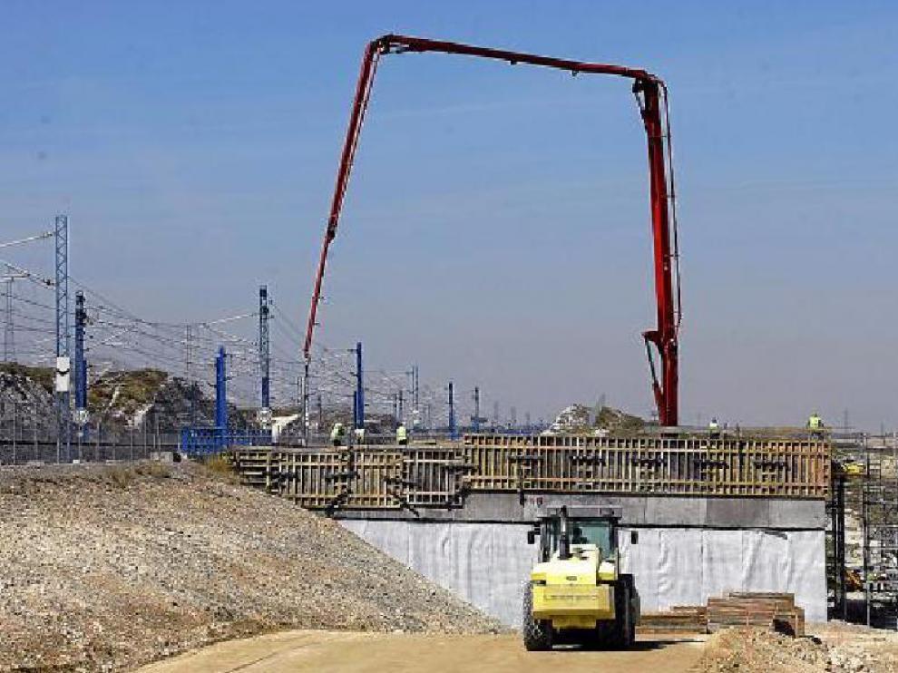Los operarios centran ahora su trabajo en los terraplanes y tendido de nuevas estructuras.