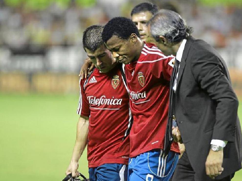 Uche abandona el terreno de juego del Sánchez Pizjuán, acompañado por el médico Óscar Luis Celada