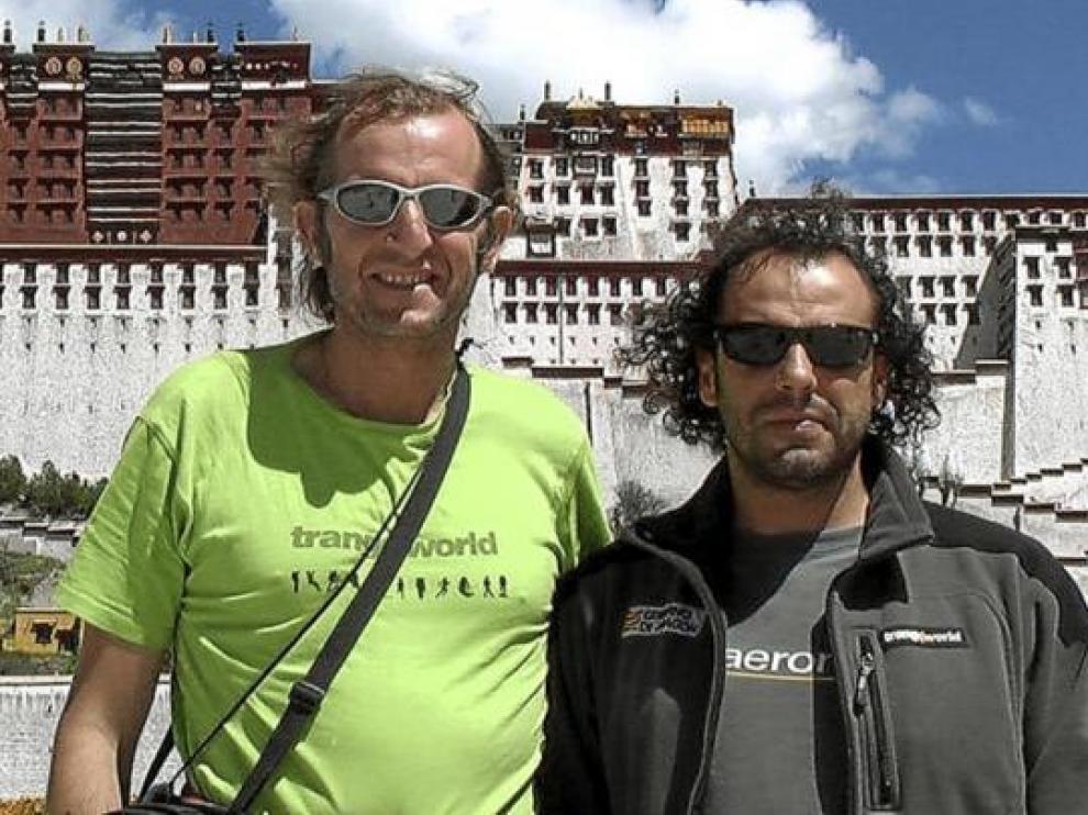 Javier Pérez y Carlos Pauner en las escaleras del Potala, centro sagrado del Tíbet, en Lhasa.