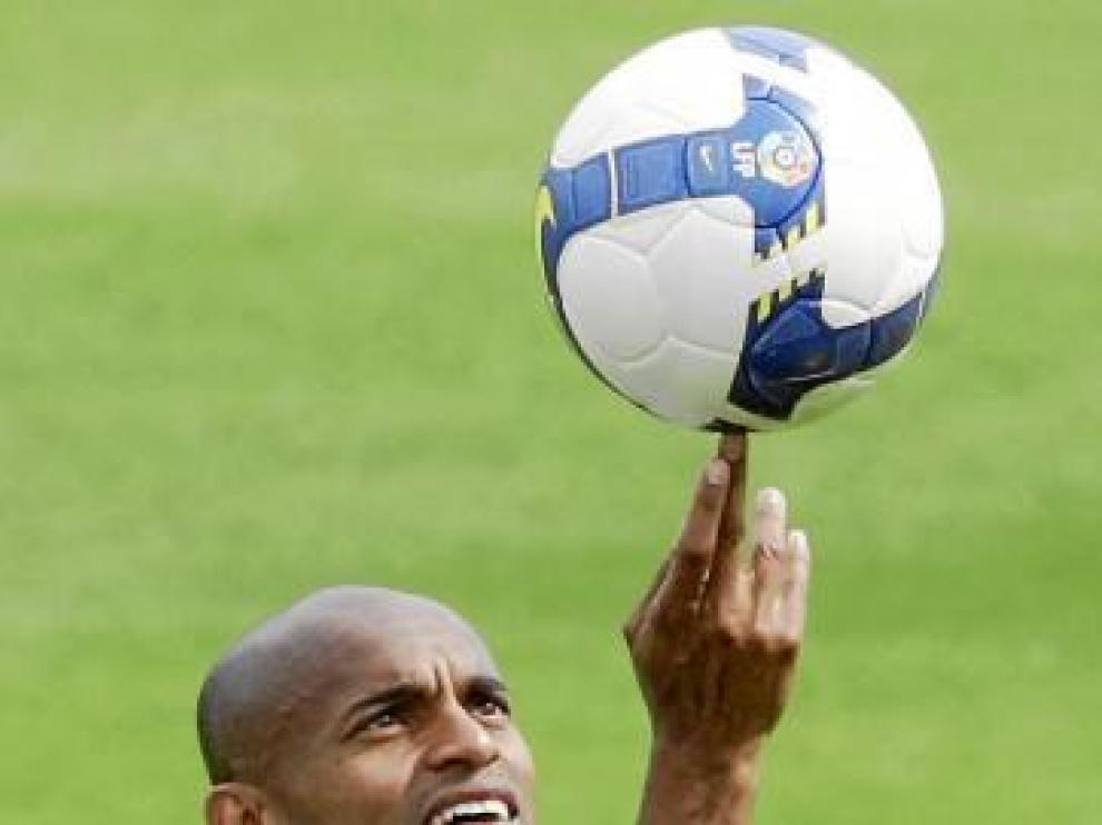 Ewerthon juguetea con un balón en la Ciudad Deportiva.