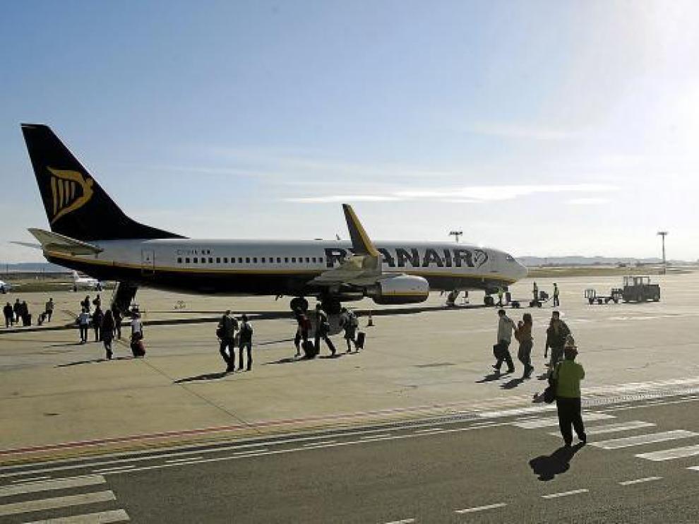Uno de los aviones de la aerolínea irlandesa, en el aeropuerto de Zaragoza.