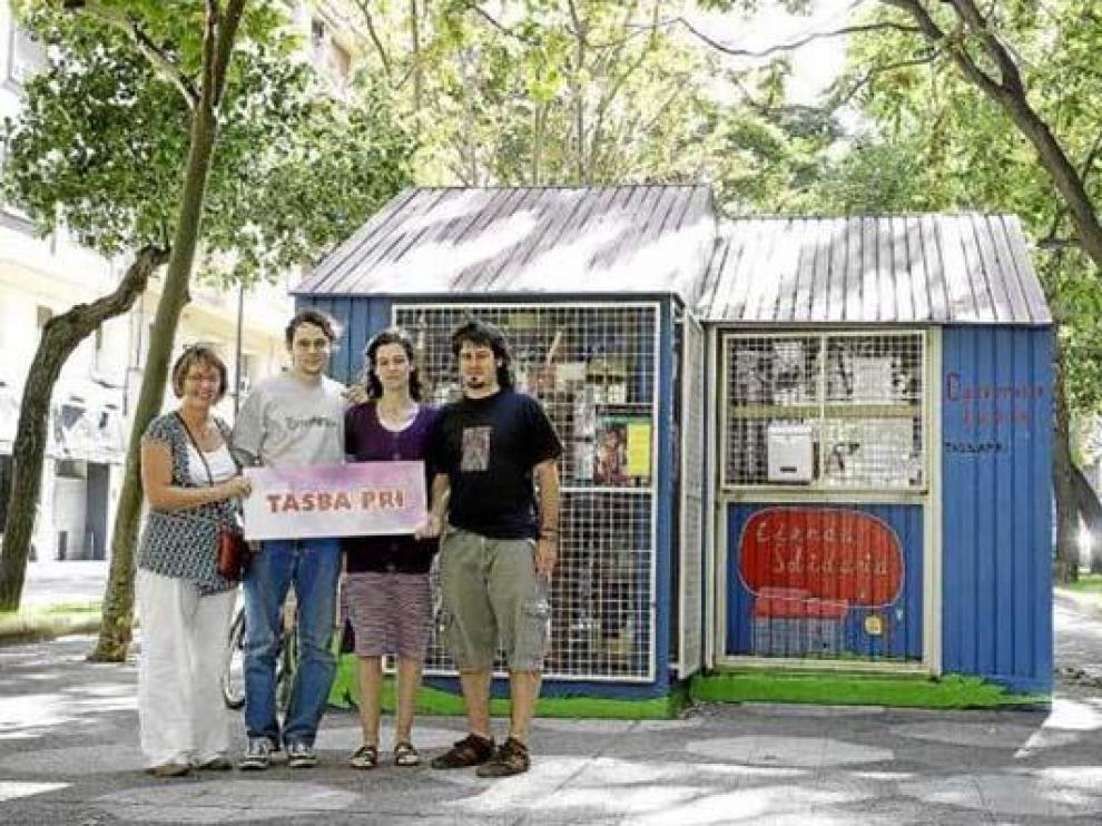 Cuatro de los voluntarios que atienden la tienda de la asociación Tasba Pri.
