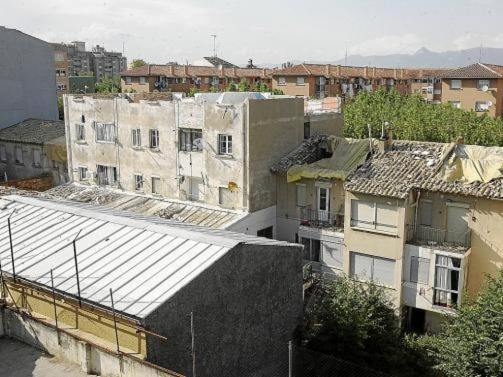 Las dos últimas plantas del edificio en el que ocurrió la explosión -en el centro- han sido derribadas.